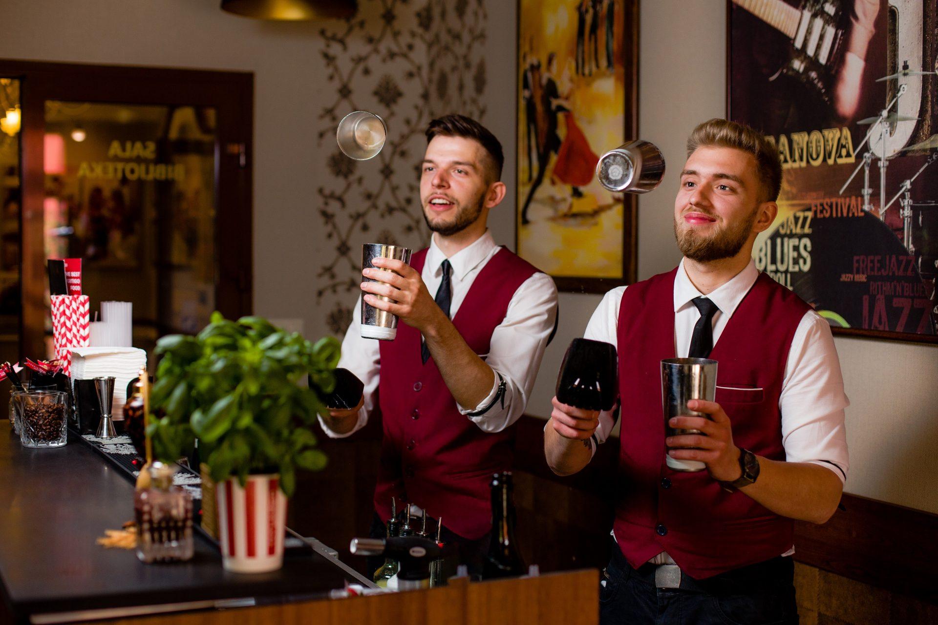 Mobilny Bar Vertigo - barmani przy pracy