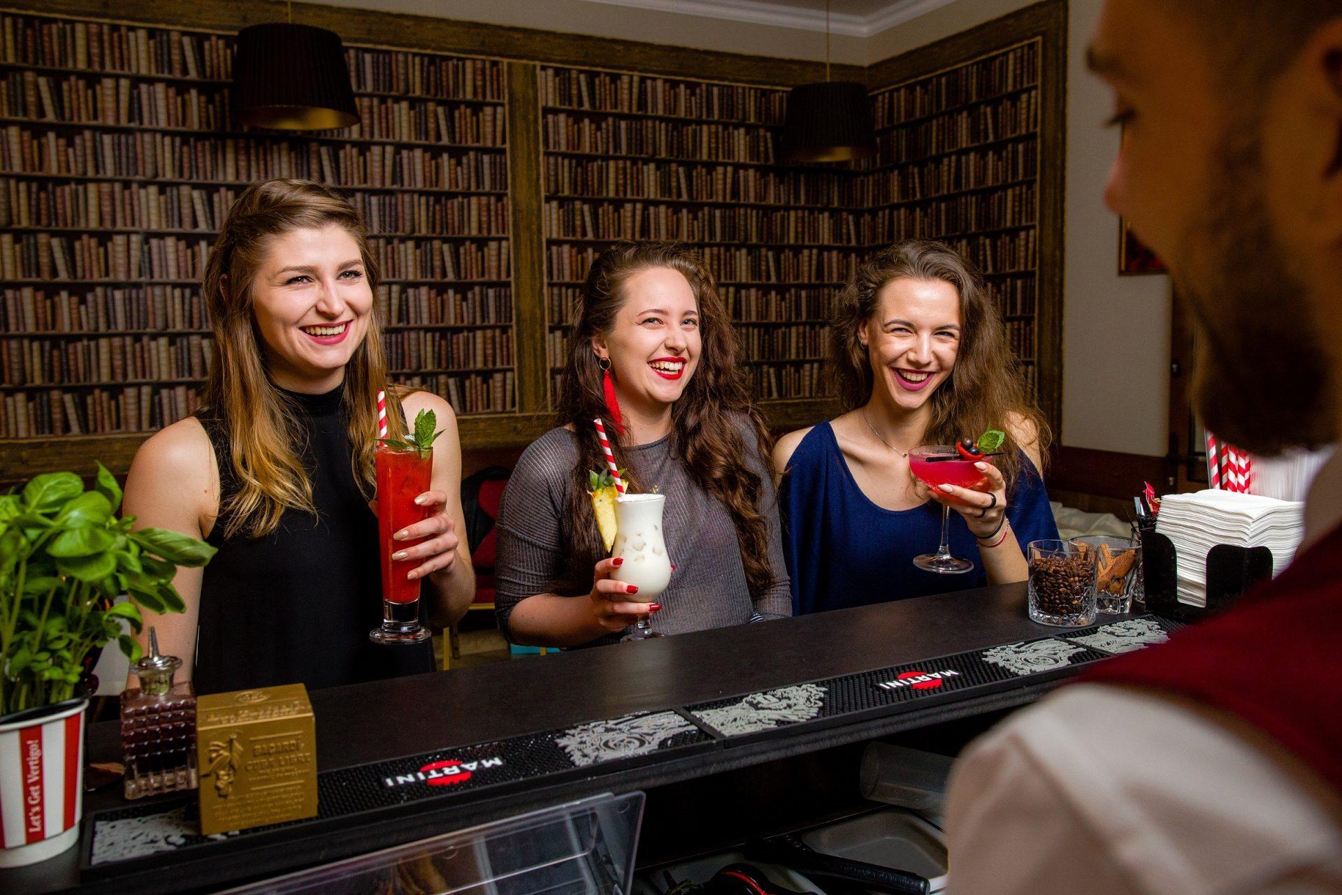 Mobilny Bar Vertigo - goście przy barze
